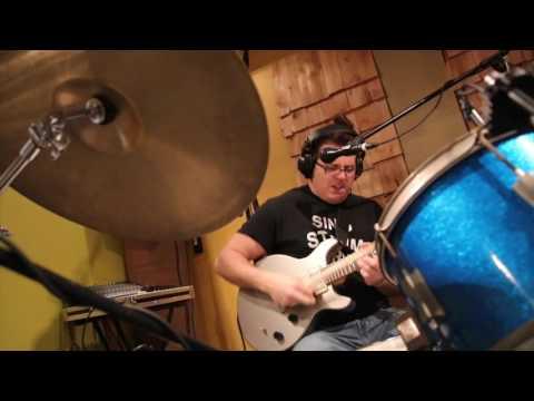 Pot una sola persona tocar la bateria, la guitarra elèctrica i cantar alhora? ... ¿I si a més es tracta una cançó de rock progressiu de la banda canadenca Rush?