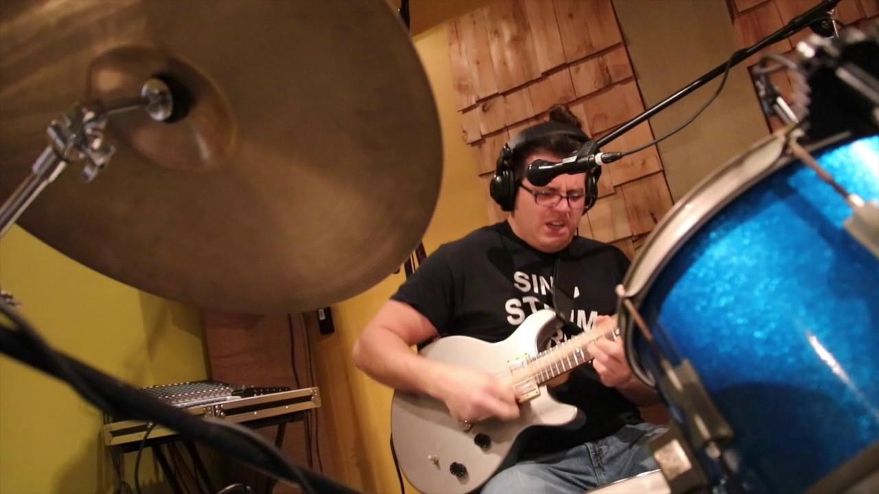 Неверојатен талент: Човекот кој симултано свири на повеќе инструменти