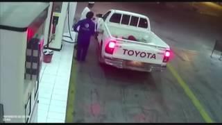 بالفيديو..سرعة بديهة عامل محطة محروقات تمنع هروب سائق