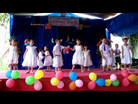 Lớp Lá múa ngày đầu tiên đi học