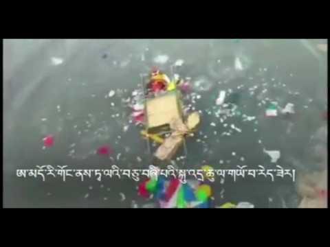 Tibetans in Rigong (Amdo, Tibet) throw 14th Dalai Lama statue into a river