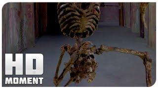 Синди и Бренда против скелета - Очень страшное кино 2 (2001) - Момент из фильма
