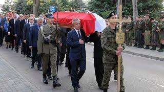 Kondukt �a�obny podczas pogrzebu pi�ciu �o�nierzy Wykl�tych w Ostro��ce