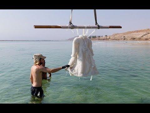 把长裙浸泡在死海中整整两年,制作出海�水晶裙�