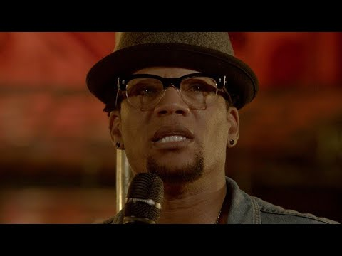 D.L. Hughley Passes Out During Stand Up Routine [VIDEO]