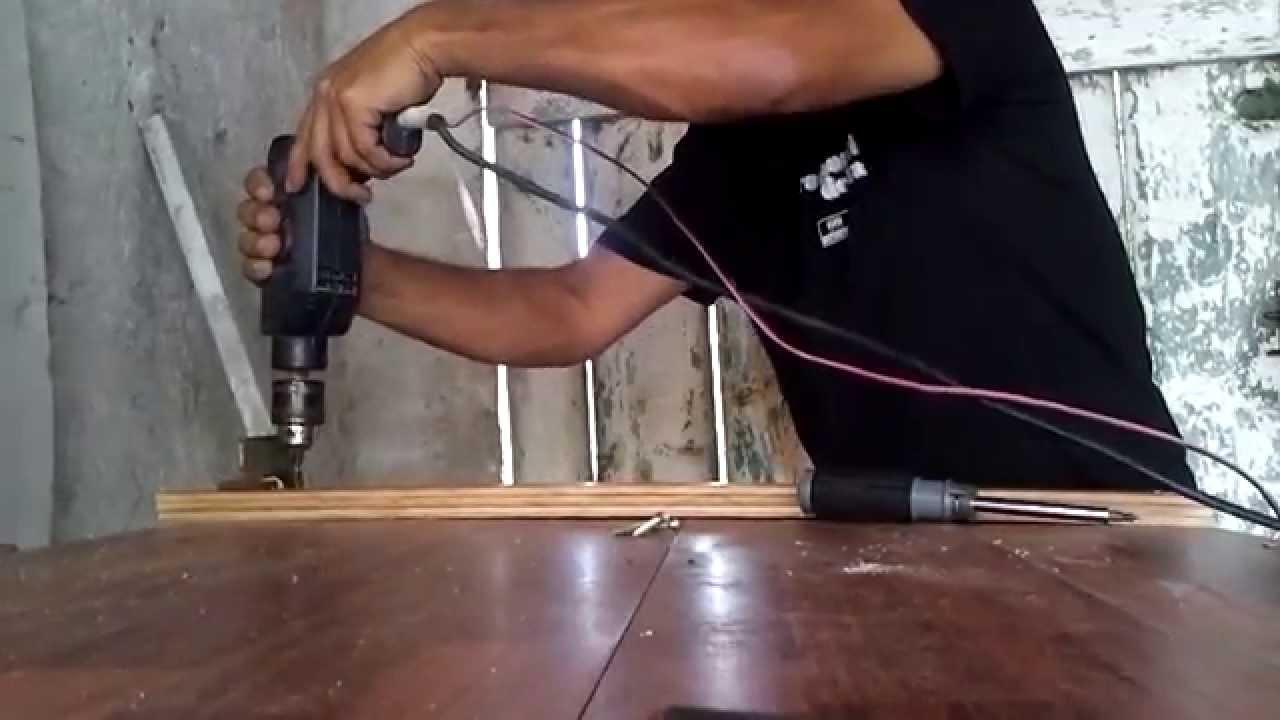 Costruire un tavolo da lavoro in casa con materiale di for Case di tronchi economici da costruire
