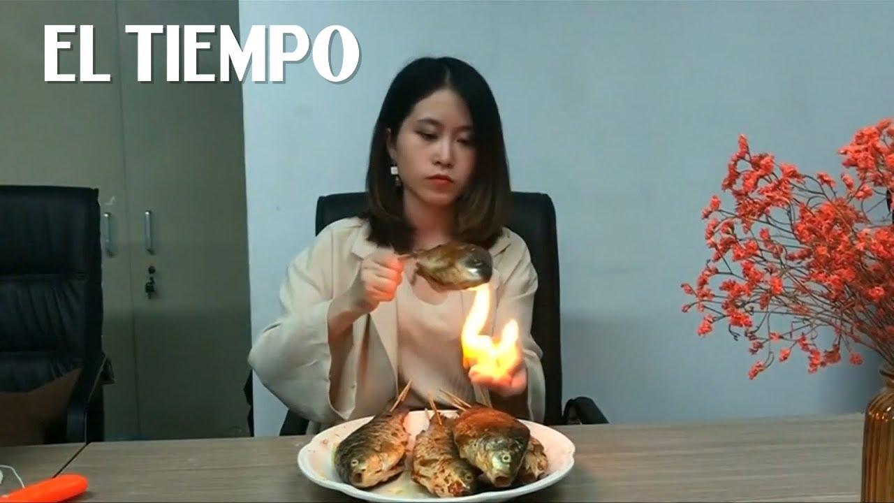 Celebridad China Cocina En Su Trabajo Con Objetos De La Oficina El