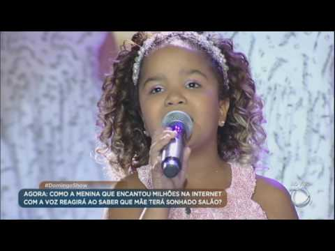 Yasmin emociona cantando no palco do Domingo Show