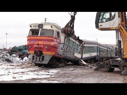 Смотреть Слом моторного вагона дизель-поезда ДР1А-224 1 / Scrapping of DR1A-224 DMU motor car 1 онлайн