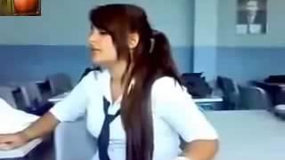 طالبة كردية تغني بصوت رائع في الصف