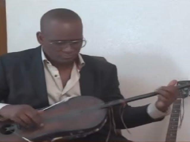 """الفنان اعلي سالم ولد اعليَّ يعزف التيدينيت من أمريكا ويغني """"لخلاك مارات الطربه"""" - أرشيف تواتر"""