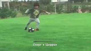 54-летний Диего Марадона играет в футбол с внуком