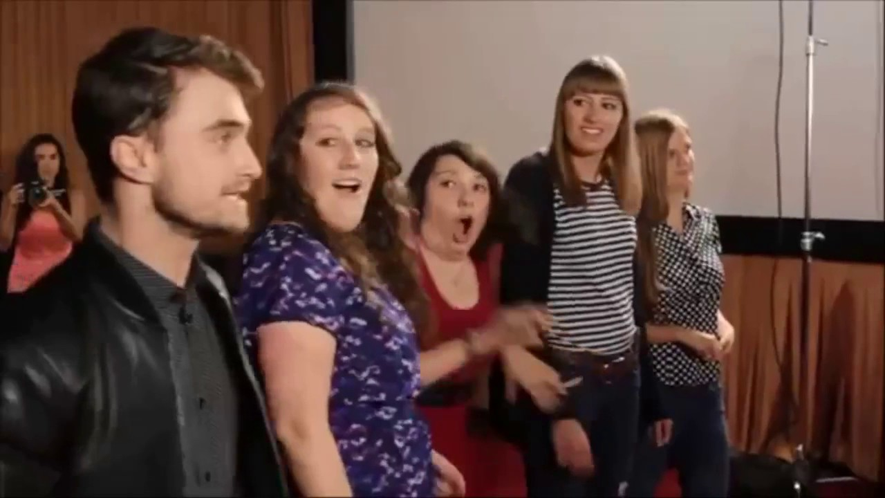 Celebrity surprises fan youtube stall