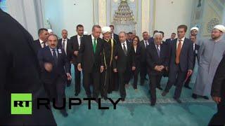 الرئيس الروسي فلاديمير بوتين يزور مسجد موسكو الكبير مع نظيريه الفلسطيني والتركي