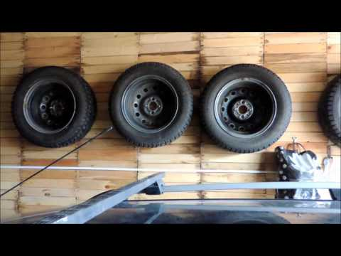 Сезонное хранение колёс в гараже на стене