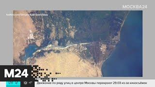 Космонавт с МКС сфотографировал севший на мель контейнеровоз в Суэцком канале - Москва 24