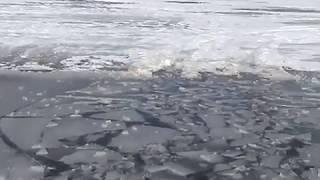2 авто ушли под лёд Иркута 1 апреля
