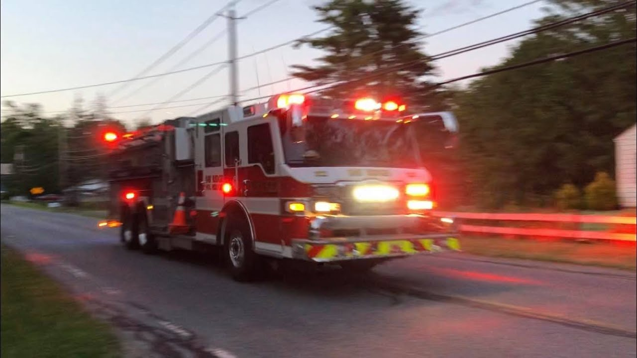 Bay Ridge Fire Engine Rescue 323 and Engine Tanker 322 Responding