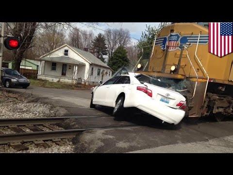 รถไฟชนรถเก๋ง พยานจับภาพไว้ได้