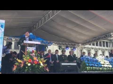 Jimmy Morales, con la mirada fija, le jura a la bandera servir a su país