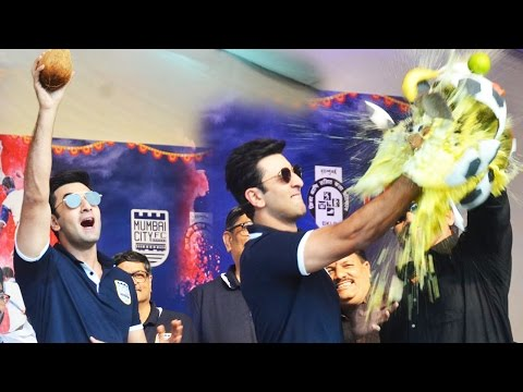 Ranbir Kapoor Breaks Football Themed Dahi Handi In Style!