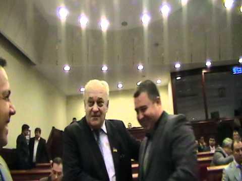 Депутаты-мужчины любят целовать друг друга