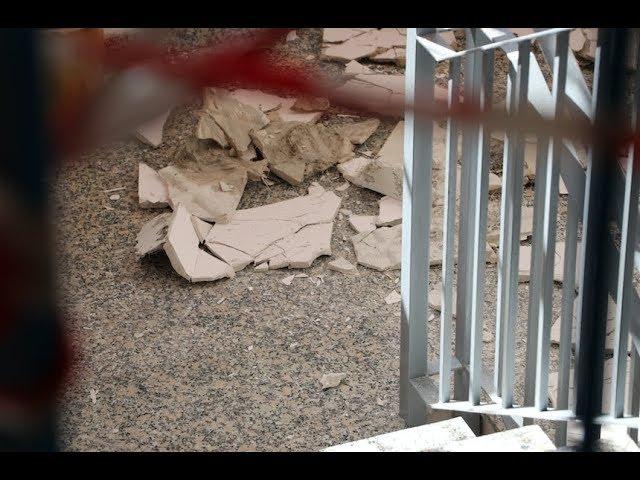 VÍDEO: Se desprende parte de un falso techo en el edificio de la EOI, obligando a cerrar la segunda planta