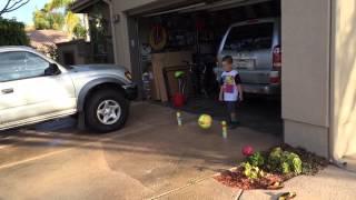 Папа и Тимур играют в футбол