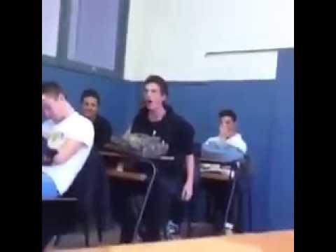 Ragazzo urla e bestemmia in classe