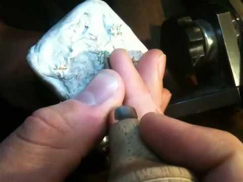 Setting tiny emeralds