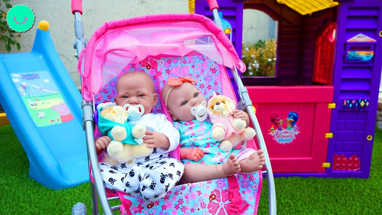 Las muñecas juegan en el jardín - Bebés Reborn Andrea y Andrés