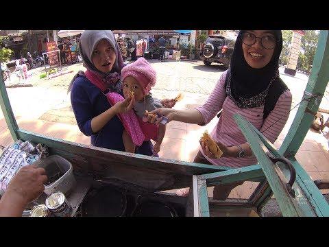 Indonesia Surabaya Street Food 1949 Part.2 Lekker Cake Kue Lekker Masak Pake ArangYN010576