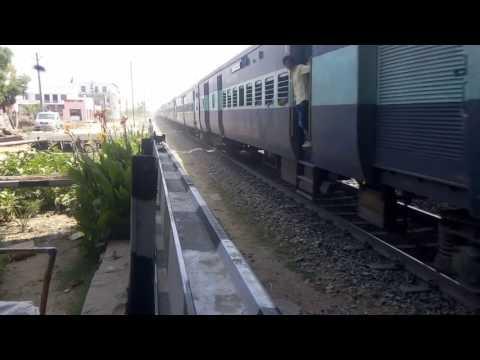 Jodhpur ratlam express passed to lc no.04 b