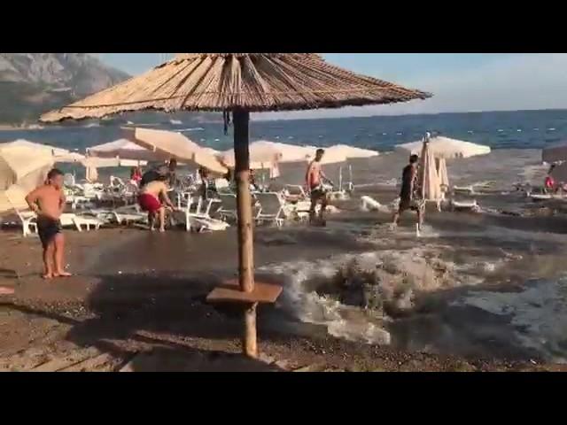 Bečići. Nasred plaže pukla cijev regionalnog vodovoda
