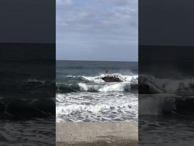 Los servicios de Emergencias rescatan a un bañista en Valle Gran Rey (La Gomera).