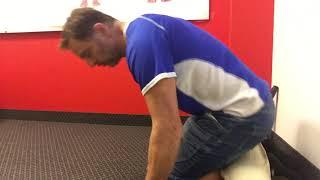 Etirer les quadriceps assis