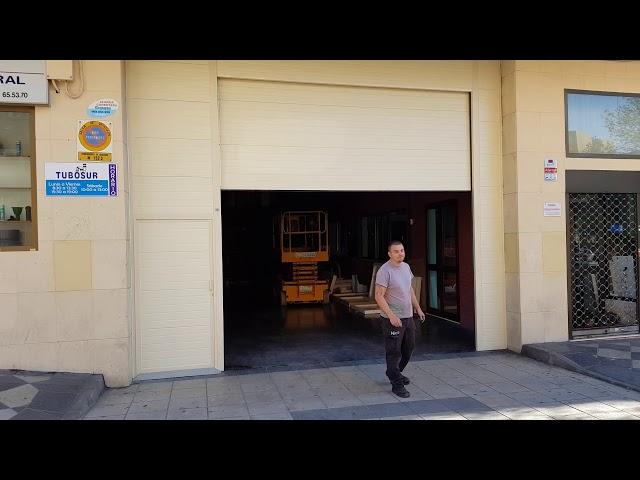 Puerta seccional industrial sustitución de fachada con puerta peatonal fijos y puerta automática