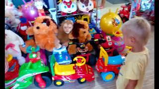 VLOG Даниэль в магазине игрушек  Kid's shopping video часть1