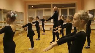 Основные позиции рук в русском народном танце.