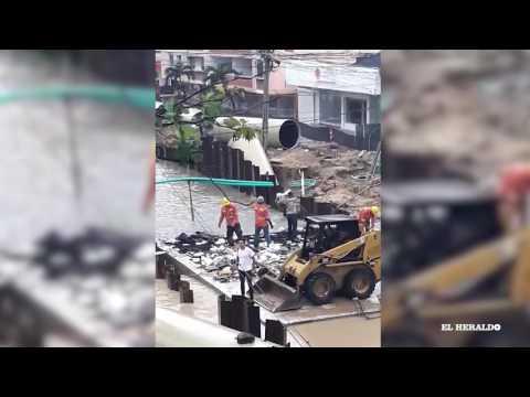 Denuncian a obreros que lanzan basuras a canalización de arroyo de la 76
