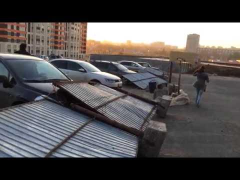 В Уфе забор упал на машины