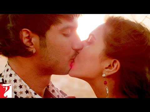 Scene: Shuddh Desi Romance | It is wrong to kiss on the 1st date? | Sushant Singh Rajput | Parineeti thumbnail