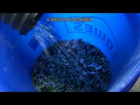 Gyratory vibrating screener sorting crushed glass