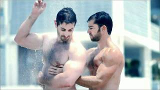 Muscle Gay Men Showering in Speedos - Hombres Musculosos Duchándose en Speedos