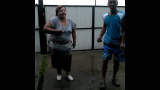 Пьяная тётька танцует