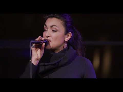 Intiem optreden van Monique Klemann bij de Volkskrant Pubquiz  - de Volkskrant
