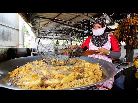 MALAYSIAN STREET FOOD - HUGE Malay STREET FOOD FEAST in Johor Bahru, Malaysia! SPICY FISH HEAD CURRY