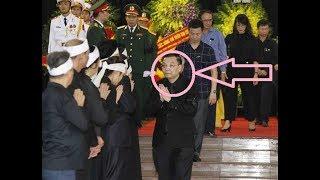Người lạ mặt xuất hiện trong đám tiển đưa chủ tịch nước Trần Đại Quang là ai?