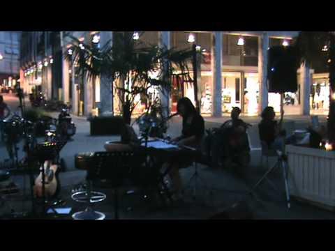 Gloria live piano - People help the people