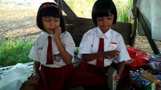 aksi 2 anak SD berjualan mainan untuk membantu eyangnya (video viral)